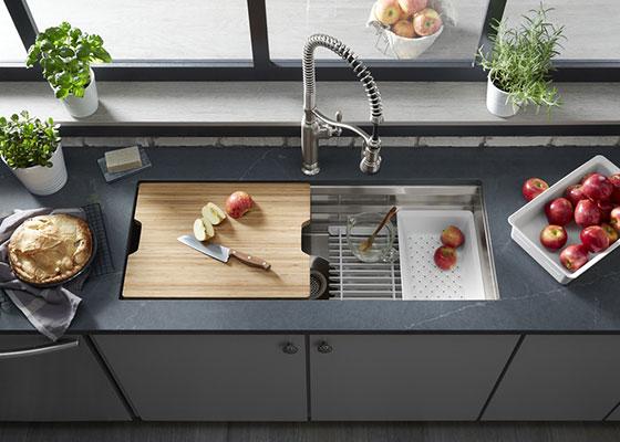 L'évier Prolific offre un espace de travail sur plusieurs niveaux avec une gamme d'accessoires personnalisés.